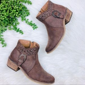 [Baretraps] Western Buckle and studded Booties